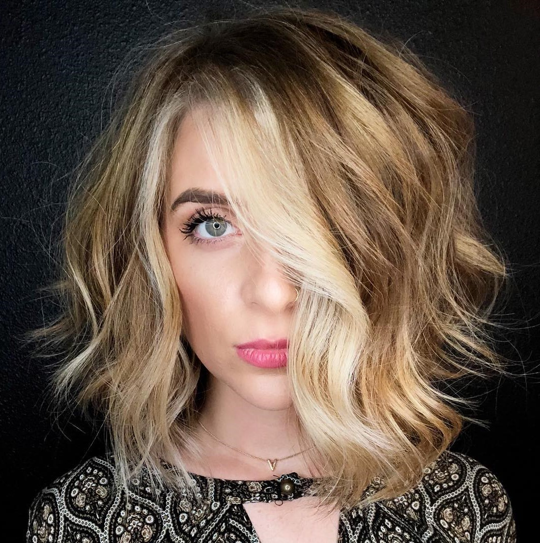 Wavy Hairstyle with Face-Framing Highlights