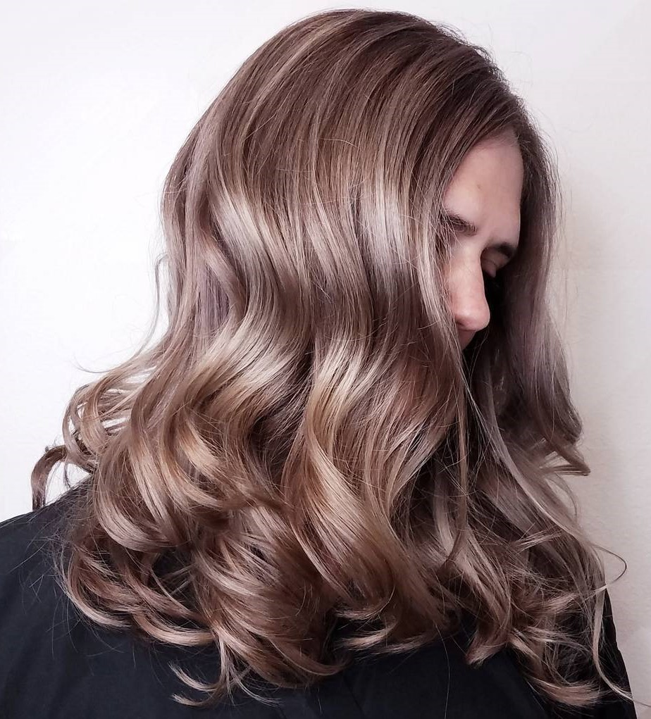 Delicado cabello rubio oscuro con mechas