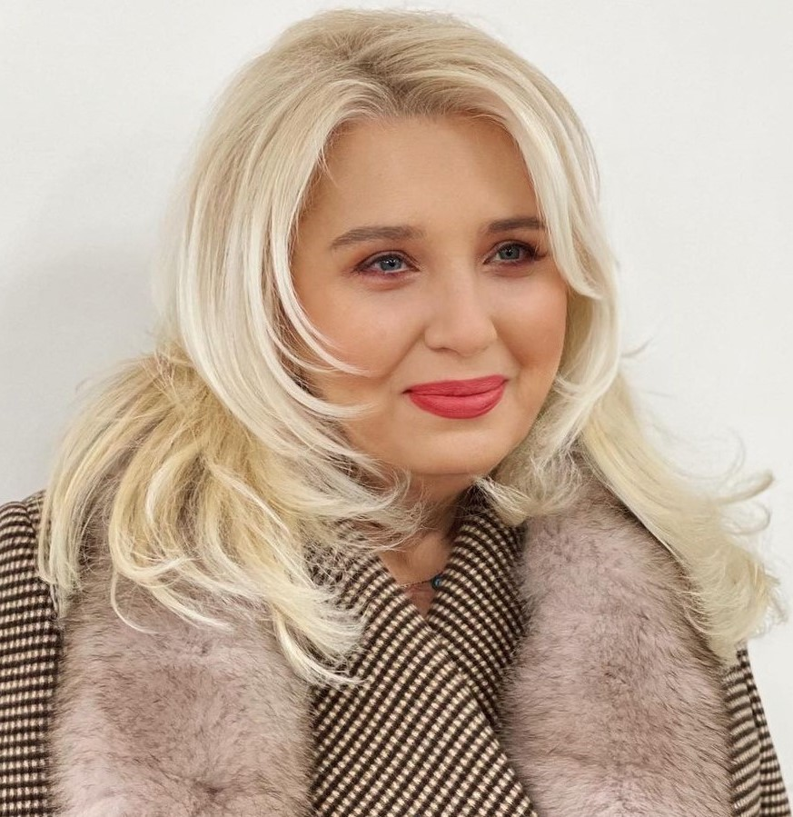 Bright Blonde Hairstyle for Double Chin