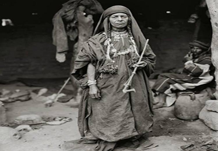 امرأة بدوية من شرقي الأردن  تدخن الجبق  (أواخر القرن التاسع عشر)