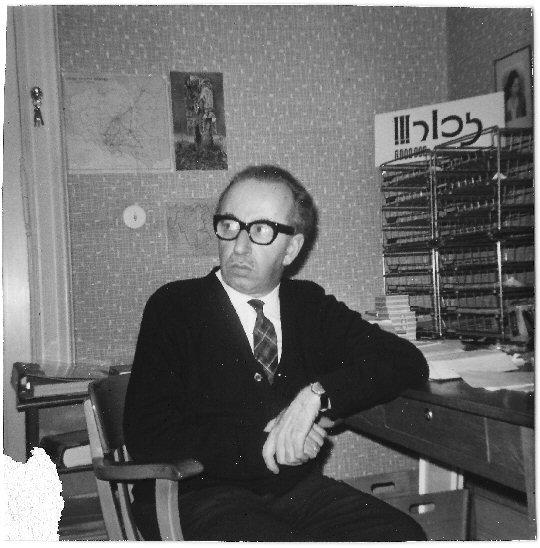 """Joseph Wulf am Schreibtisch in der Giesebrechtstraße in Berlin mit der Mahnung: """"Erinnere Dich an die sechs Millionen"""""""