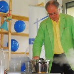 Joachim Hecker kocht Polystyrolschaum