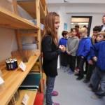 Marisa Mondin erläuterte den Gästen die Einrichtung des Schülerladens.