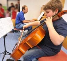 Lionel mit seinem Cello, begleitet von Frerk Meiners am Klavier.