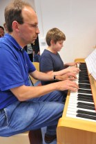 Lionel Henry und Frerk Meiners vierhändig am Klavier.