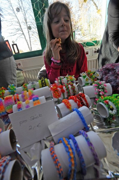 Carlene Kalthaus bot bunte Armbändern aus Loom-Bändern an.