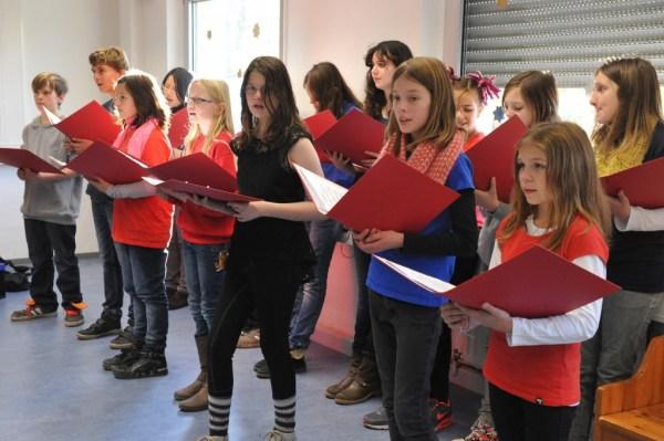 Der Schulchor sang adventliche und weihnachtliche Weisen.