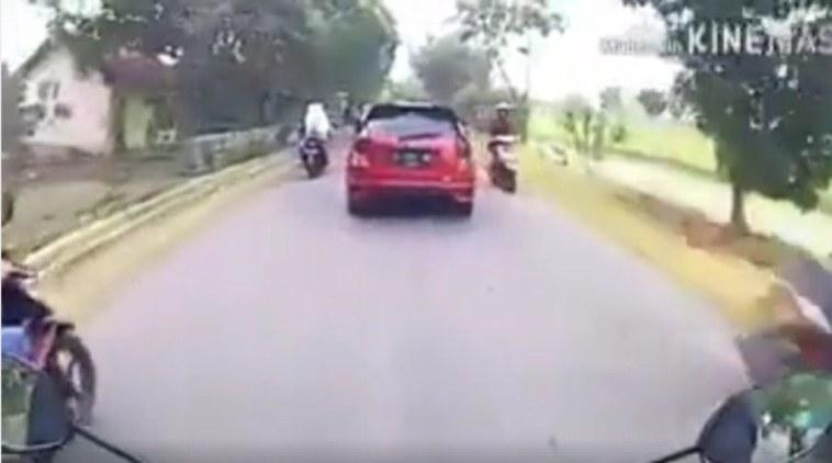 Perhatikan mobil merah ini! Gara-gara motor, pengemudi mobil ini alami kejadian nahas sampai membuatnya shock