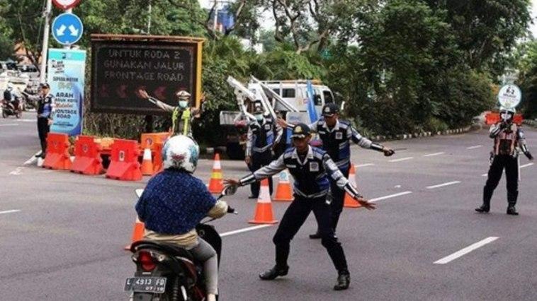 Dihadang di jalan raya, emak-emak pengendara motor ini seperti sedang main gobak sodor dengan petugas dishub