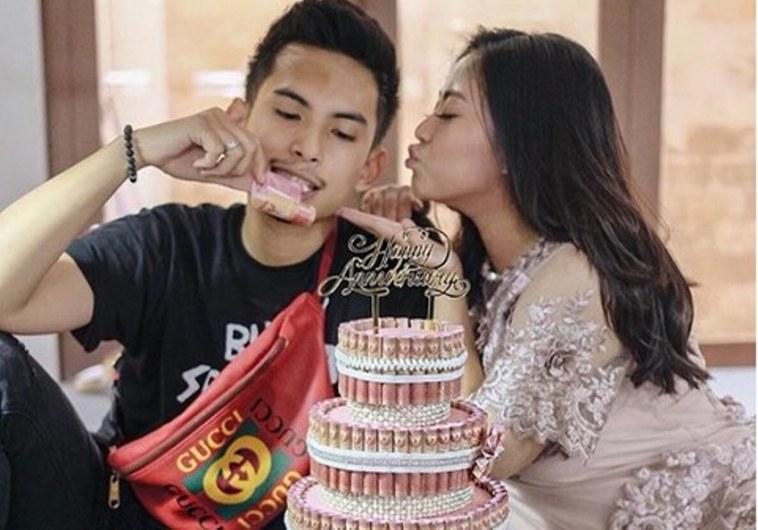 Rayakan ulang tahun pernikahan, Rachel Vennya dapat hadiah istimewa dari suami, kue bertabur uang sist!