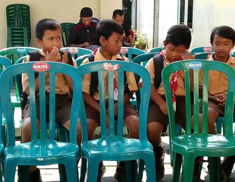 Kisah 4 bocah SD layat gurunya yang meninggal ini bikin netizen haru, lihat ekspresinya