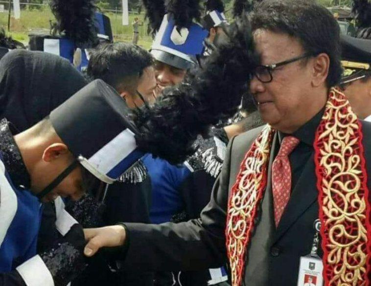 Niatnya sih mau cium tangan, benda berbulu di kepala pria ini tiba-tiba nyasar ke wajah Menteri Tjahjo Kumolo