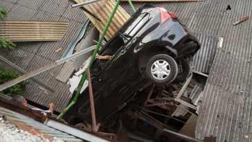 Terbang tak terkendali dari parkiran lantai 3 pasar Jakarta Timur, mobil ini nyangkut di atap rumah warga