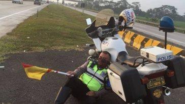 Tertidur nyender di motor patroli saat berjaga di Tol Cipali, foto polisi ini viral