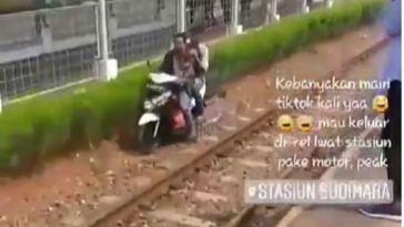 Santai melaju di rel Stasiun Sudimara, pemotor ini ngaku gak tahu jalan, kebanyakan maen Tik Tok tuh!