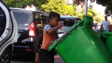 Video viral, bocah di Bali minum air bekas dari tong sampah