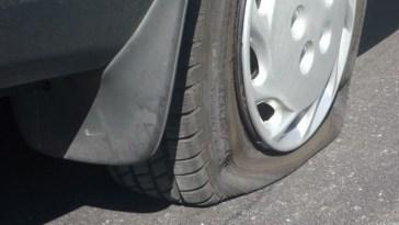 Hendak mengisi angin di SPBU, pengemudi ini malah jadi bahan tertawaan