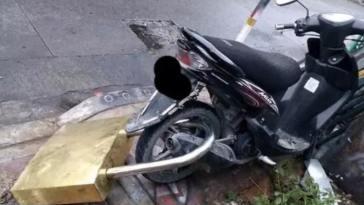 Takut dibawa kabur maling, pria ini pasangi sepeda motor kesayangannya dengan gembok raksasa