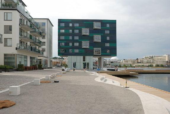 Sommarbild på torget med kajen till höger och Globen i fonden