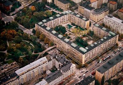 Flygbild på slutet kvarter på två sidor omgivet av parker