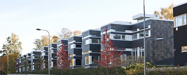radhus med fasad i vit och mörkgrå fibercement