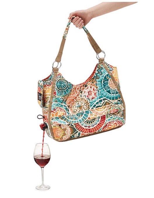 Mönstrad väska i guld, rött och blått som man häller upp rött vin ifrån