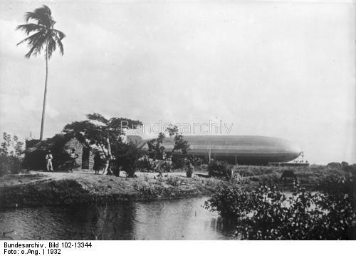 Zeppelinare med palmer i förgrunden