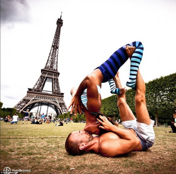 eiffel tower kissing position