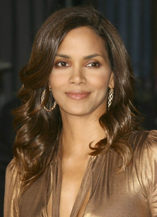 Halle Berry Wearing Her Hair Long With Waves Around Her Face