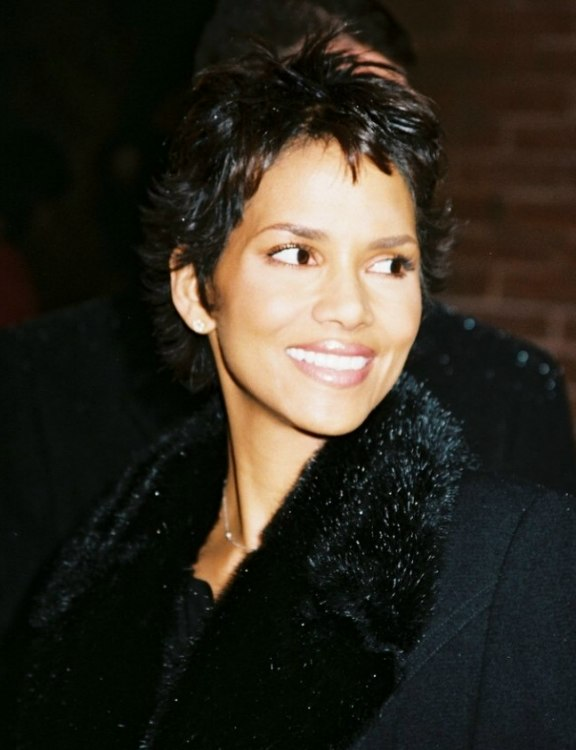 Halle Berrys Extremely Short Hair Cut Into A Stunning Crop