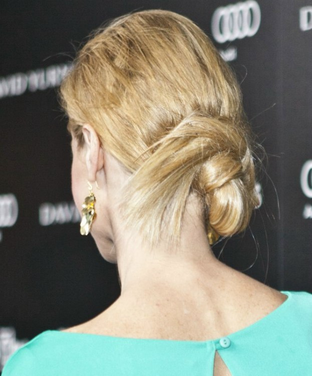 Julie Bowen Wearing Her Hair In A Loose Knot At The Nape