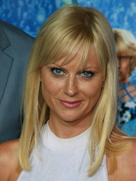 Amy Poehler With A Long Blunt Cut Hairstyle Giving Her A