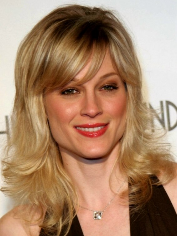 Teri Polo Bouncy Hairstyle With Side Bangs And Light