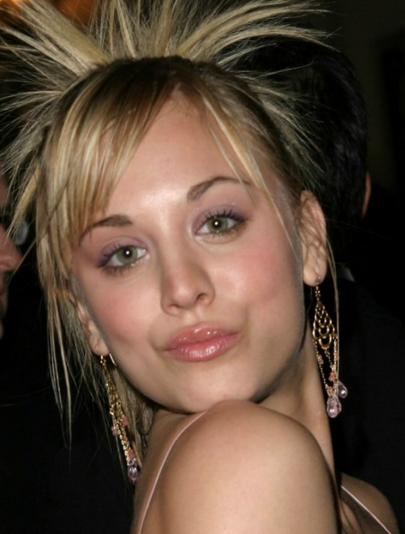 Kaley Cuoco Wearing Her Hair In A High Ponytail With Spays