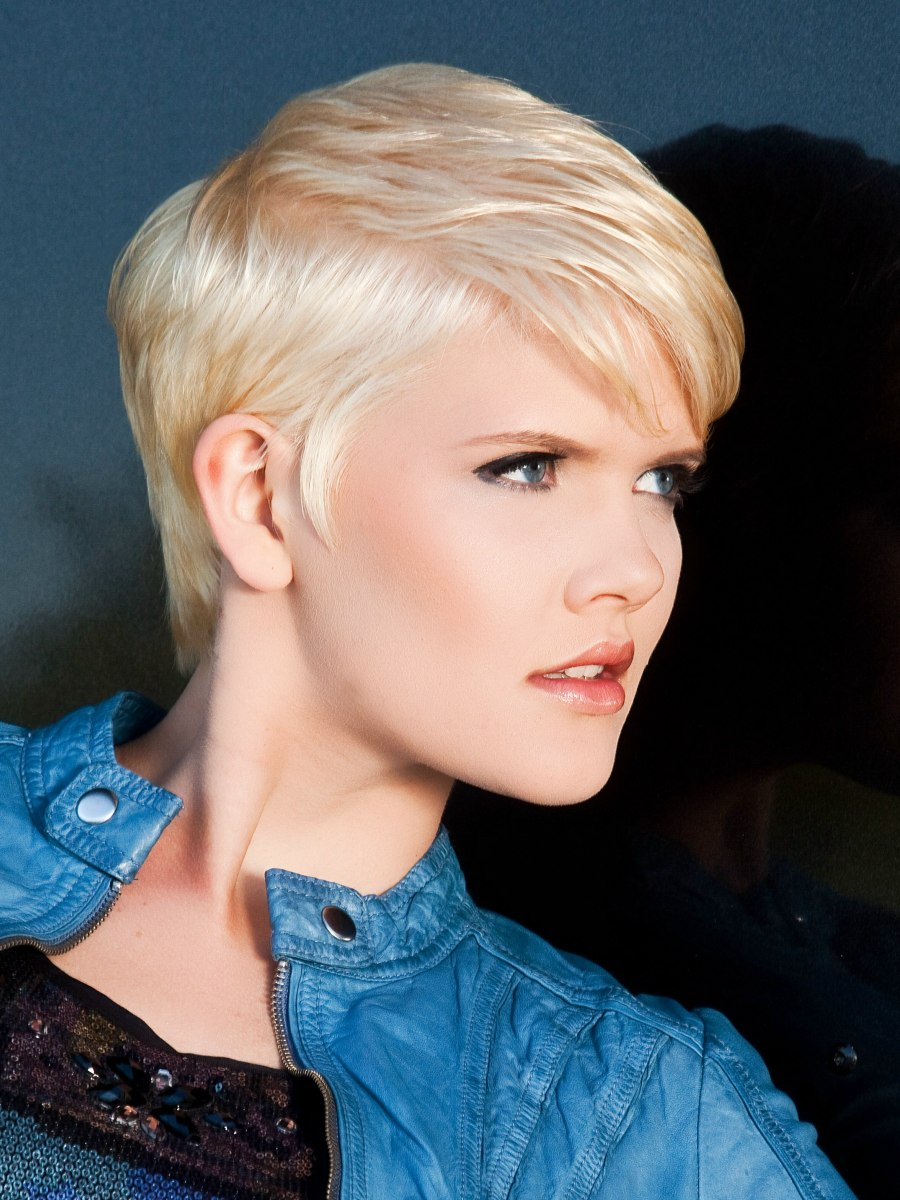 Pretty Short Blonde Hairdo With A Graduated Neck And Small
