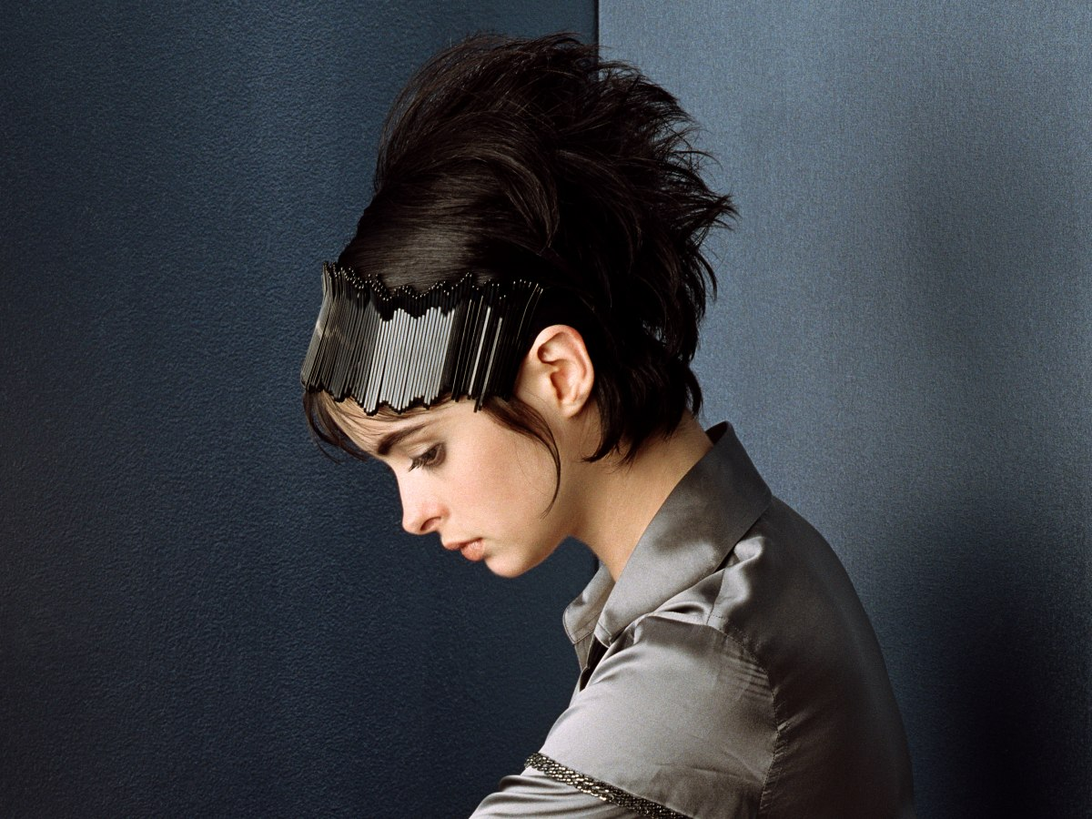Short Hairstyle With Volume And A Headband Sixties Look