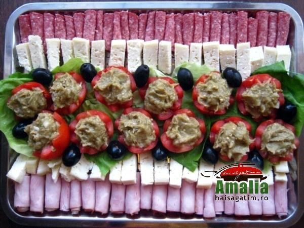 Platou aperitive - rosii umplute cu salata de vinete