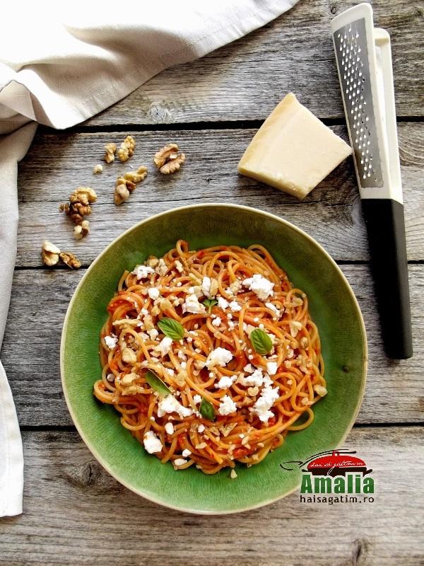 Spaghete-cu-pesto-de-ardei-copti-nuci-si-branz-feta-1