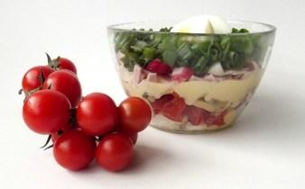 salata-cu-rosii-sunca-si-ciuperci-1