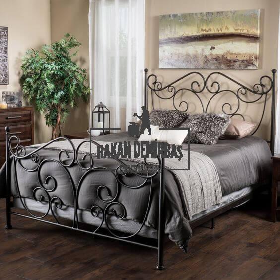 Metalik Siyah Ferforje Yatak, çift kişilik ferforje yatak modeli, izmir ve çevresinde yatak başlığı özel isteyenler için özel olarak tasarlanmış demir ferforje yataklar izmir ferforje Hakan Demirbaş, çift kişilik metalik renk ferforje yatak modeli görselidir.