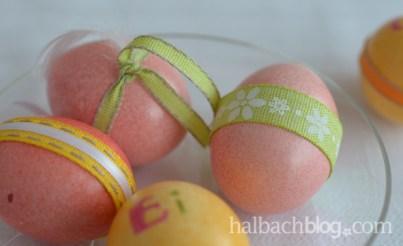 halbachblog: bunte Tischdeko zu Ostern mit Bändern, Accessoires und Pflanzen, bunte Ostereier