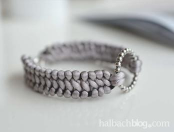 halbachblog: Edles Armband aus Satinkordel mit silbernem Ring zum selber knüpfen