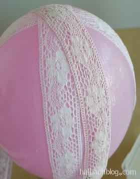 DIY-Idee halbachblog: Anleitung für selbst gemachte Lampe aus Spitzen-Bändern, Bänder streifenförmig anlegen