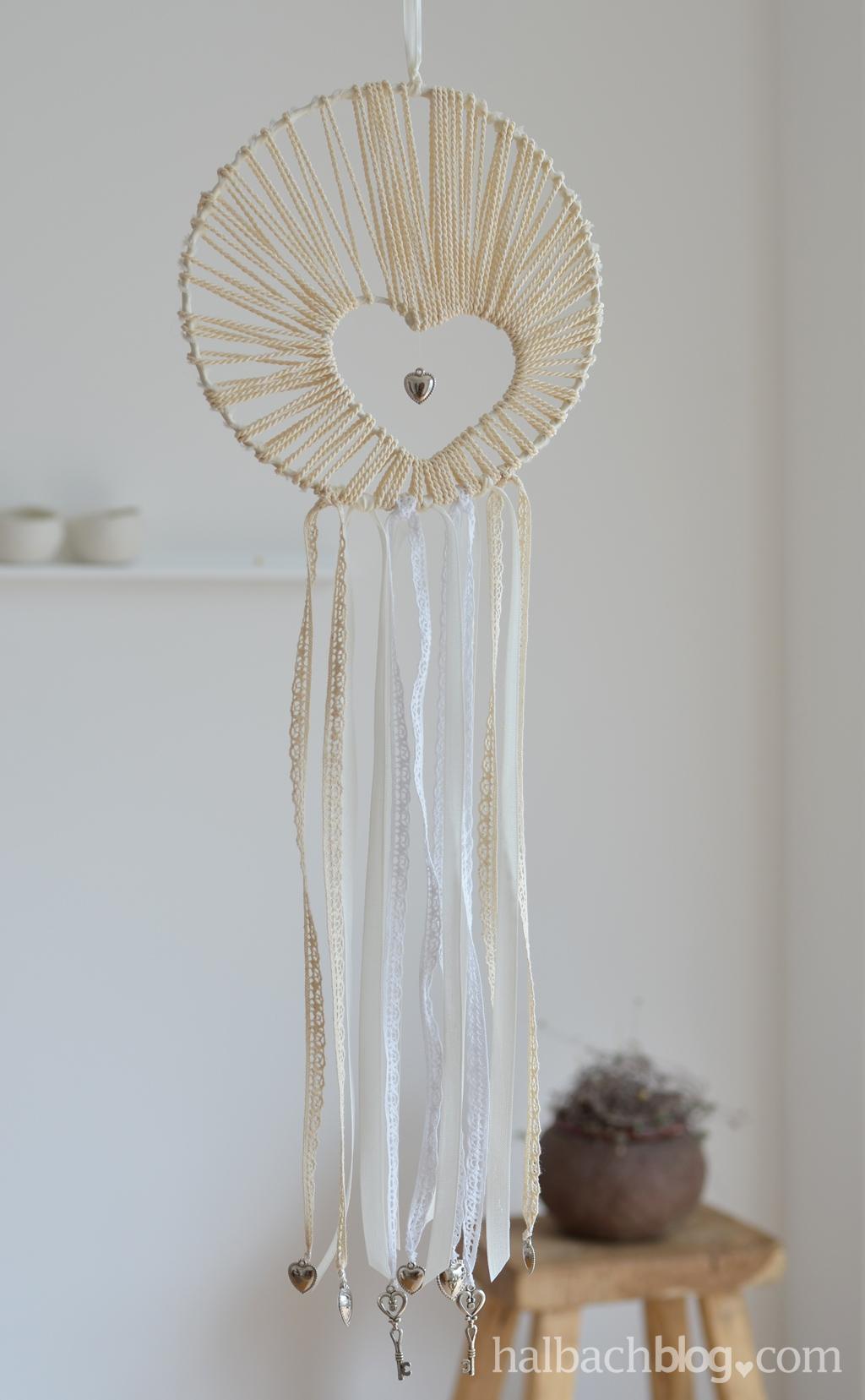 DIY-Idee halbachblog: Traumfänger basteln mit Herz aus Kordel, Spitze, Bändern und Accessoires in Natur und Weiß