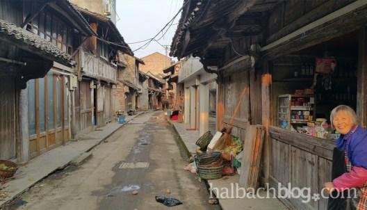halbachblog: Halbach Seidenbänder - Impressionen von der Chinareise im Frühling 2016, Straße mit Laden und alter Frau