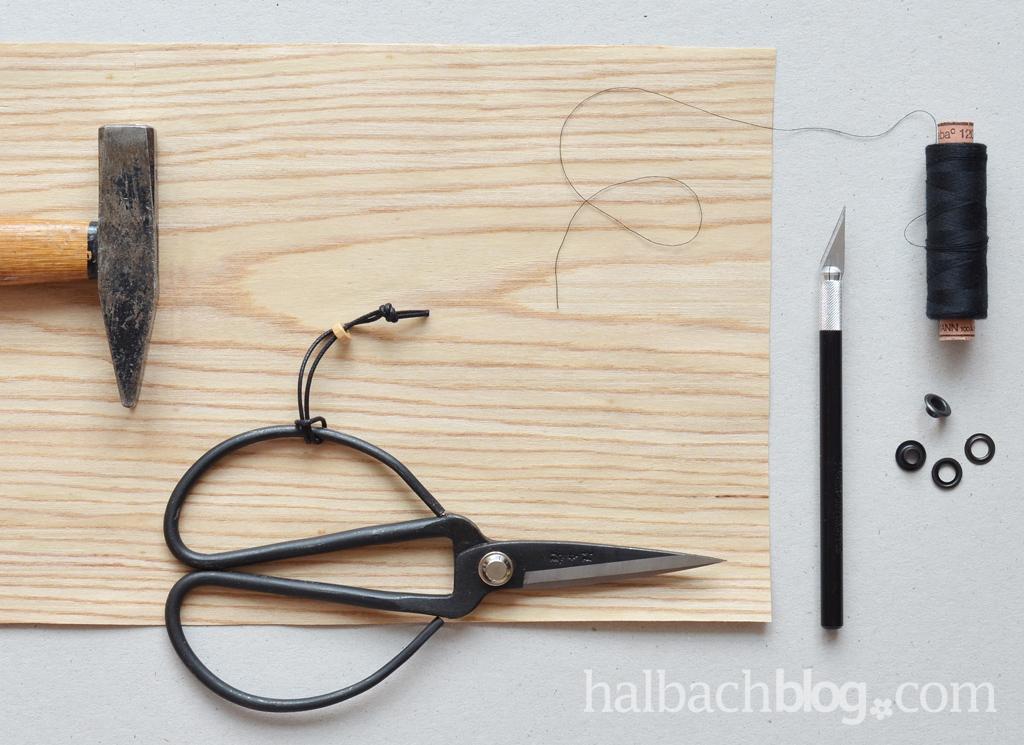 DIY-Idee halbachblog: CD-Hülle aus Holzfurnier nähen mit Ziernaht, Bändern und Öse
