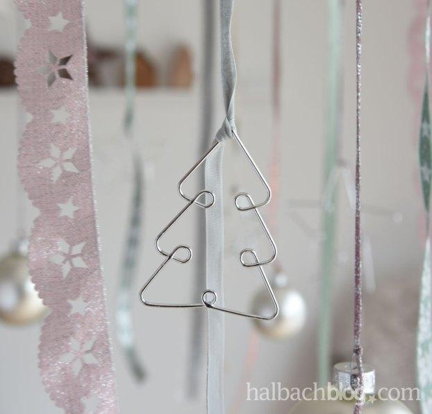 DIY-Idee halbachblog: hängende Adventsdeko mit Bändern, Spitze in Pastellfarben und Accessoires aus Holz und Metall