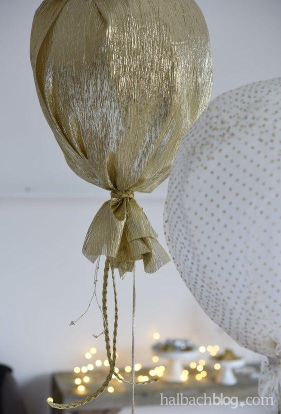 DIY halbachblog: Partydeko mit heliumgefüllten Ballons und Glitzerstoffen in Gold, Silber und Weiß