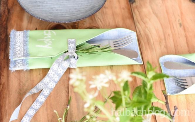 DIY-Anleitung Halbachblog: Bestecktasche nähen aus Tafelstoff, Innenfutter und Bändern in Grün-Blau