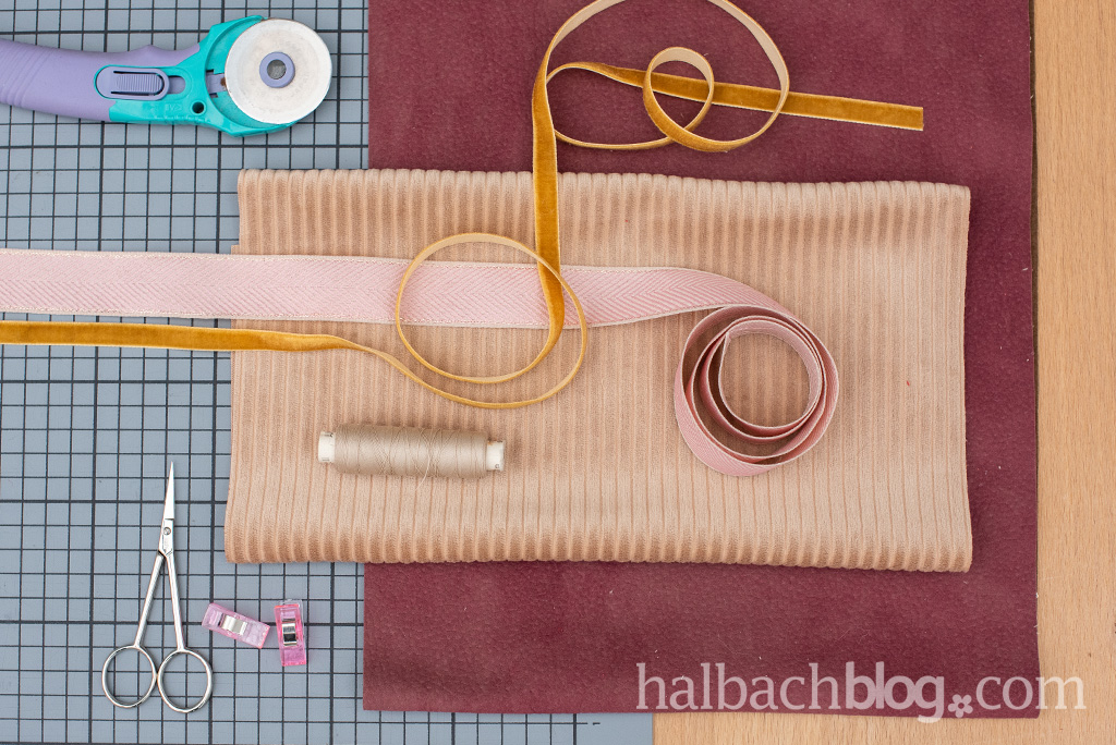 Halbachblog I DIY Anleitung: Rollmäppchen nähen aus Velours-, Cordstoff und Samtband I Material